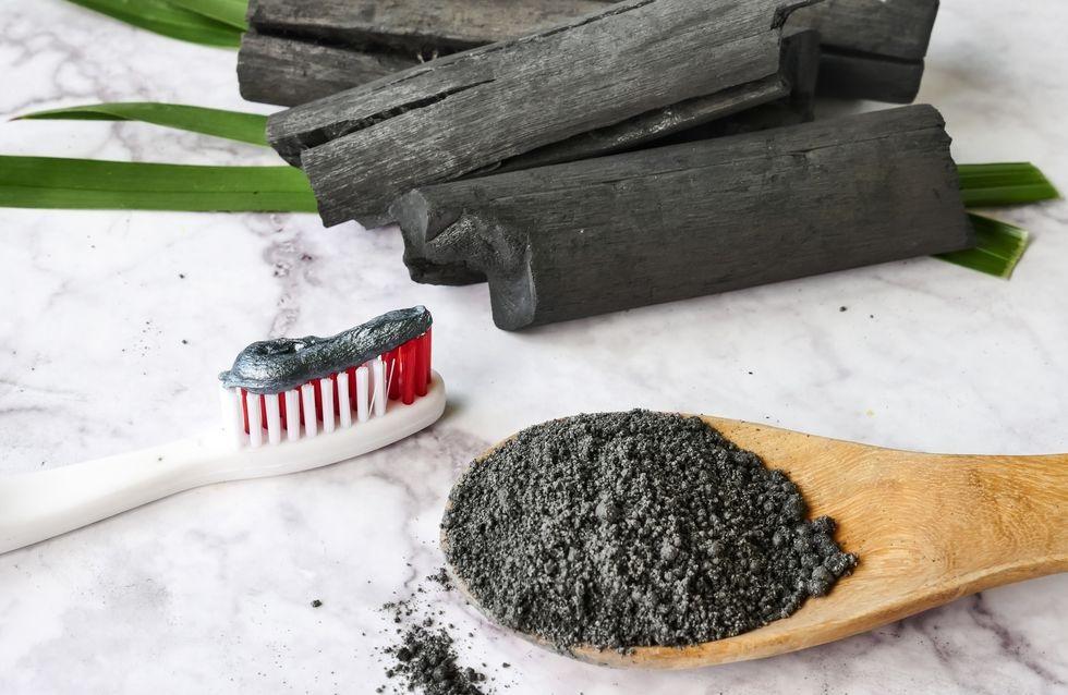 Utiliser le charbon actif pour blanchir ses dents