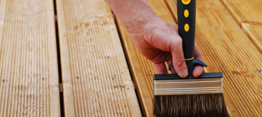 Top des astuces pour trouver la bonne peinture extérieure pour une terrasse en bois
