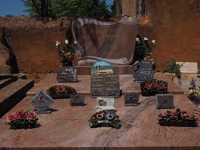 Optez pour une plaque funéraire en forme de coeur pour rendre un dernier hommage